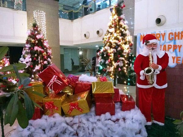 Quà tặng là từ công ty gửi đến nhân viên và khách mời, cần lưu ý chọn quà tặng phổ biến